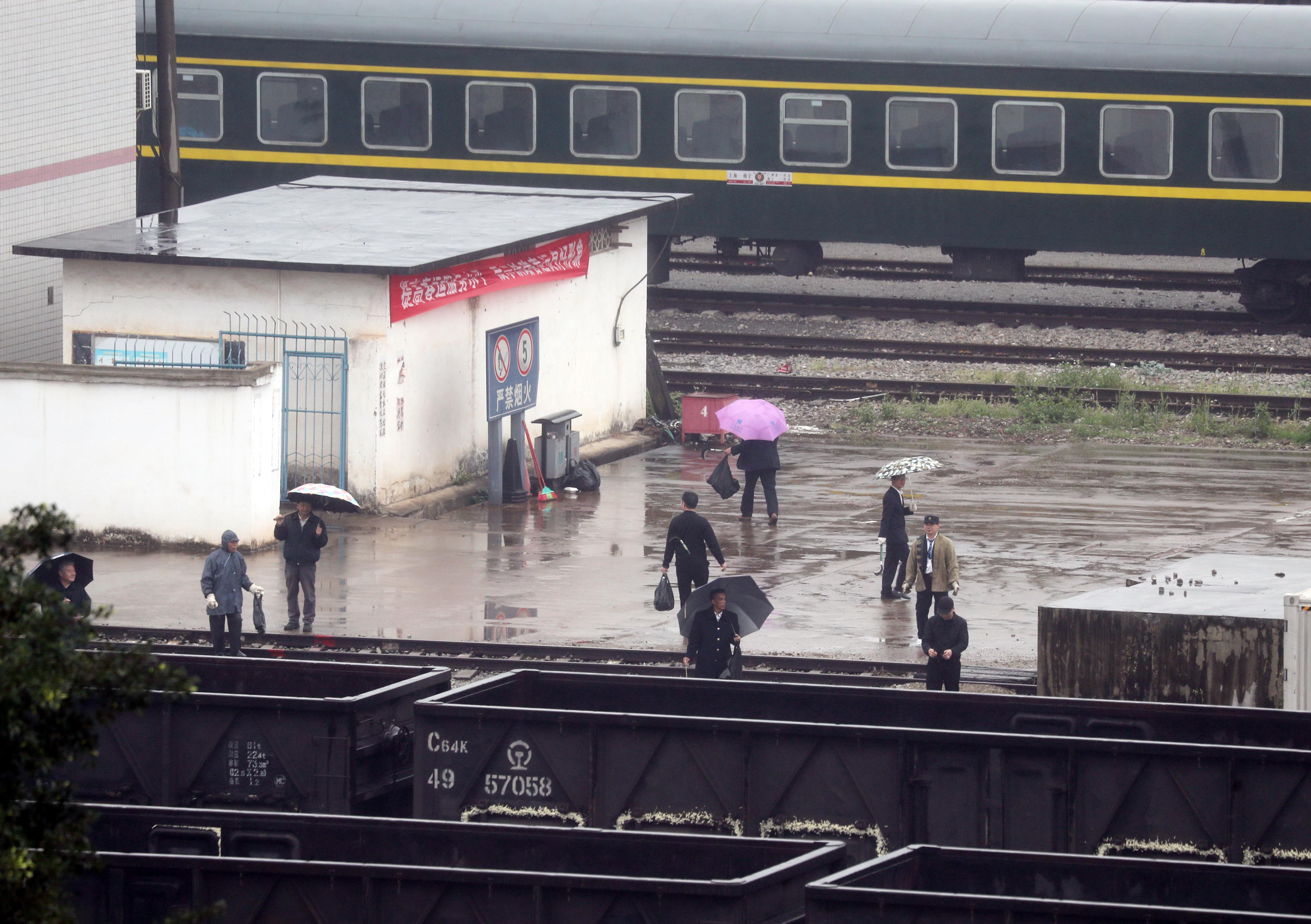 김정은 북한 국무위원장이 열차로 중국을 거쳐 베트남으로 입국할 것으로 예상되는 가운데 중국과 베트남 접경 관문인 핑샹역 선로 점검이 이뤄지는 모습 <사진=연합뉴스>