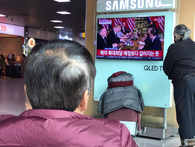 서울역에서 2차 북미정상회담을 TV로 지켜보는 시민들 <사진=tbs>