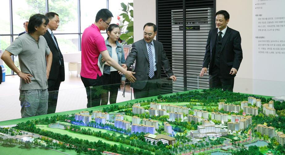 제주 부동산 살피는 중국 투자자들 <사진=연합>