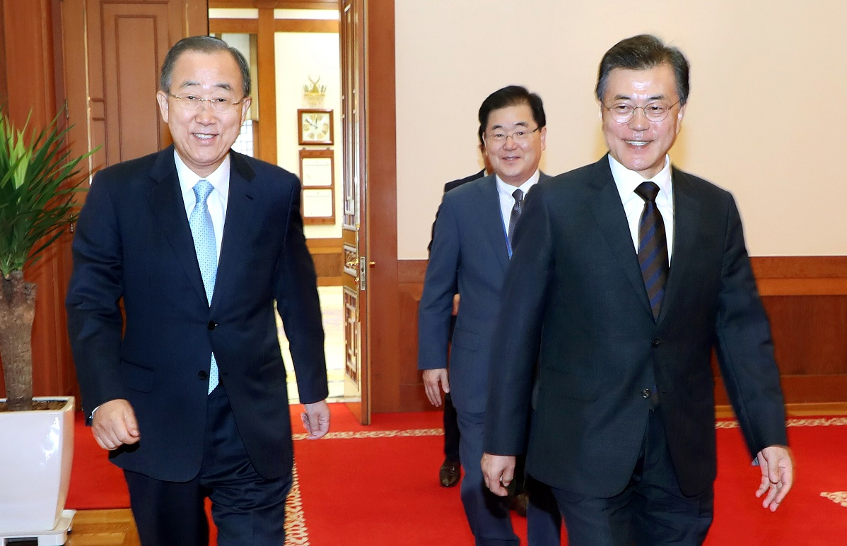 Former U.N. Secretary-General Ban Ki-moon (L) and President Moon Jae-in (R) <Photo: Yonhap News>