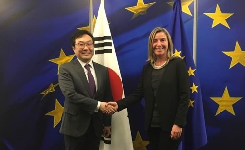 Special Representative for Korean Peninsula Peace and Security Affairs Lee Do-hoon (L) and EU High Representative for Foreign Affairs and Security Policy Federica Mogherini <Photo: Yonhap News>