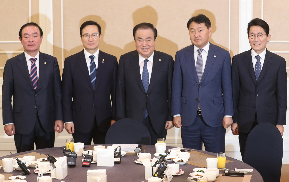 Parliamentary Speaker Moon Hee-sang (C) and the floor leaders of the Party for Democracy and Peace, the Democratic Party, the Bareunmirae Party and the Justice Party <Photo: Yonhap News>