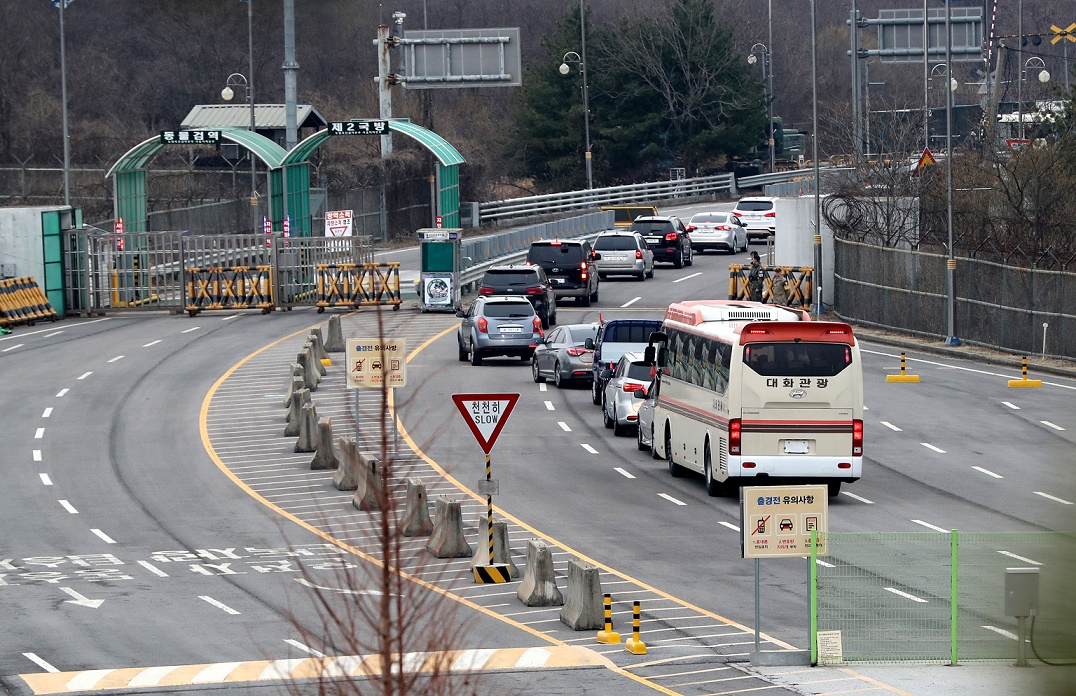 Dozens of South Korean officials cross the border for their usual work at the joint inter-Korean liaison office in the North Korean border town of Kaesong on March 25, 2019. <Photo: Yonhap News>