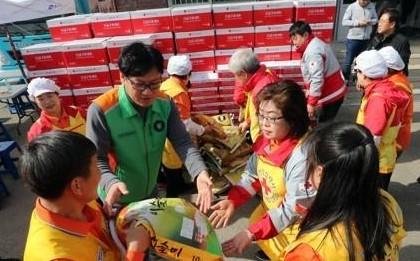 산불 피해지역에 구호물품 전달하는 자원봉사자 <사진=연합>