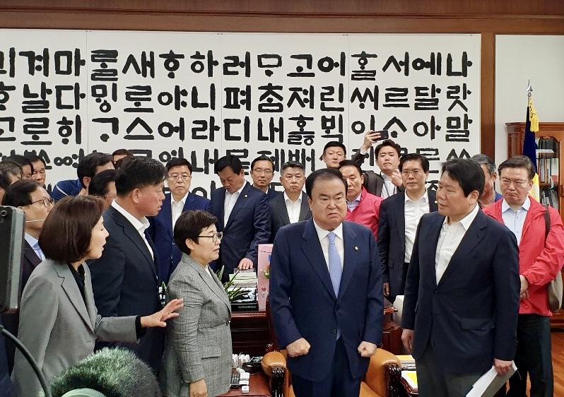 문희상 국회의장을 항의 방문한 자유한국당 의원들<사진=tbs>