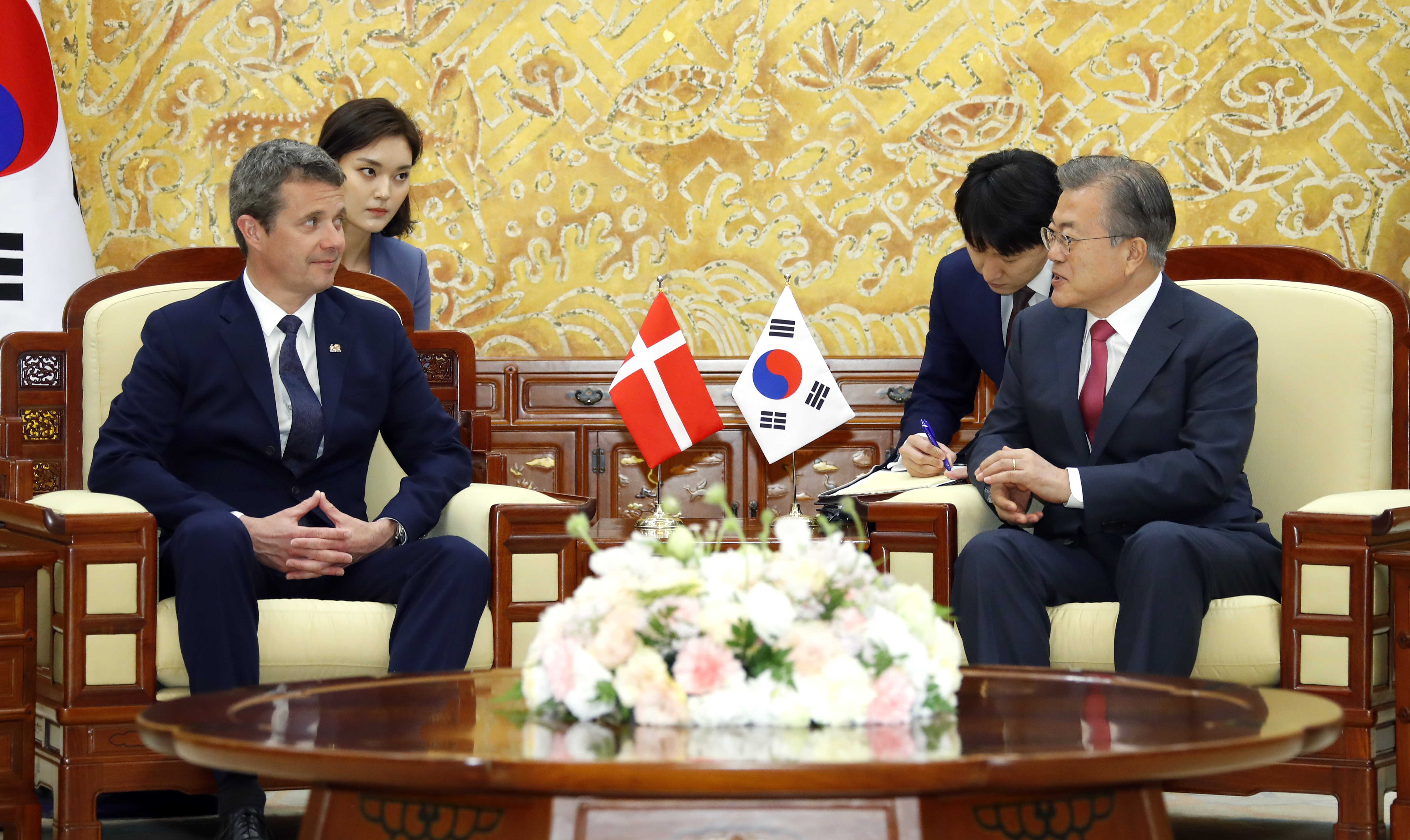 President Moon Jae-in (R) meets with Denmark's Crown Prince Frederik in Seoul. <Photo: Yonhap News>