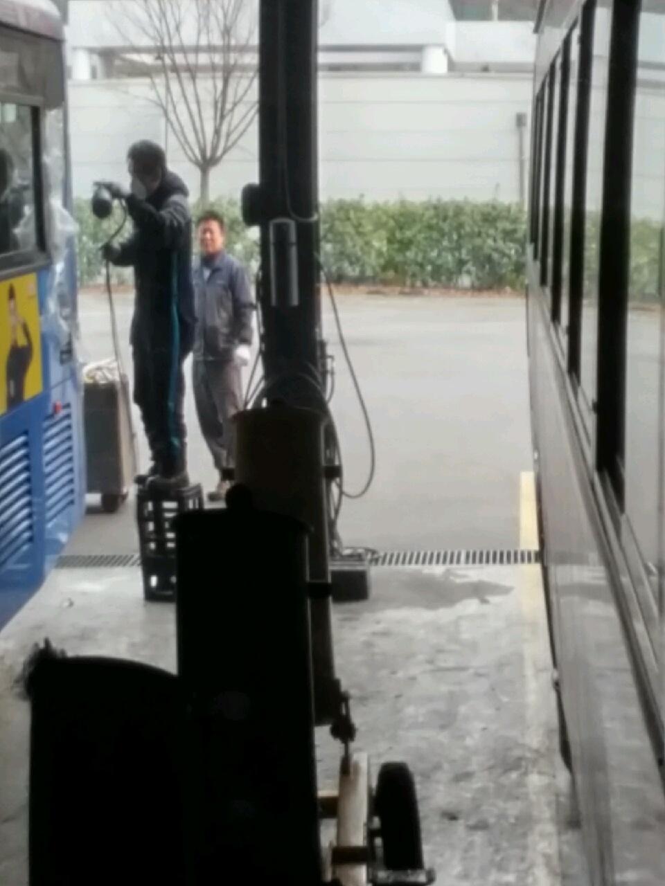 한 시내 버스회사가 차고지에서 불법 도색을 하고 있다. <사진=시청차 제보>