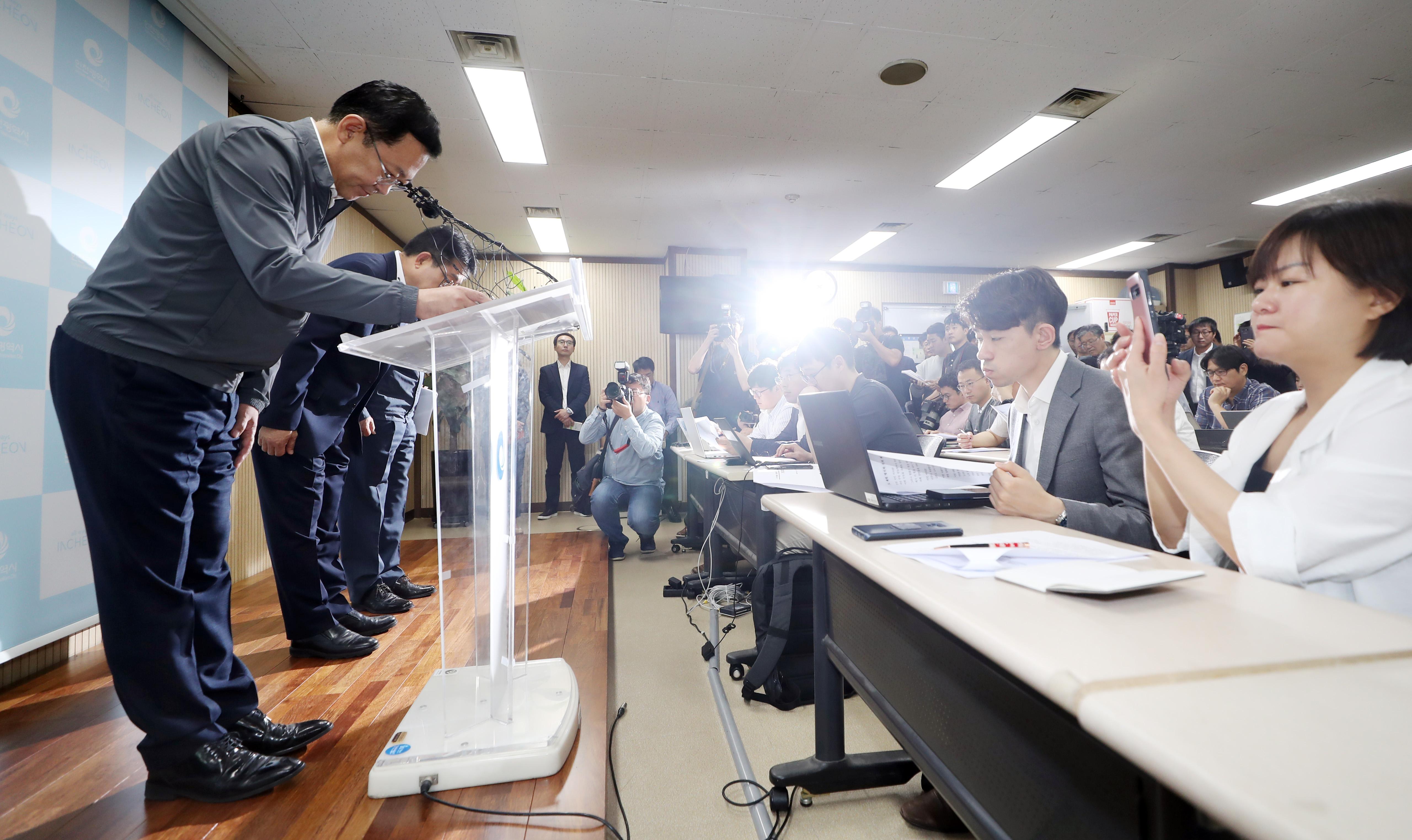 붉은 수돗물 피해 주민에 사과하는 박남춘 시장 <사진=연합>