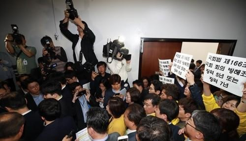 패스트트랙 법안 두고 몸싸움 벌이는 국회 <사진=연합>