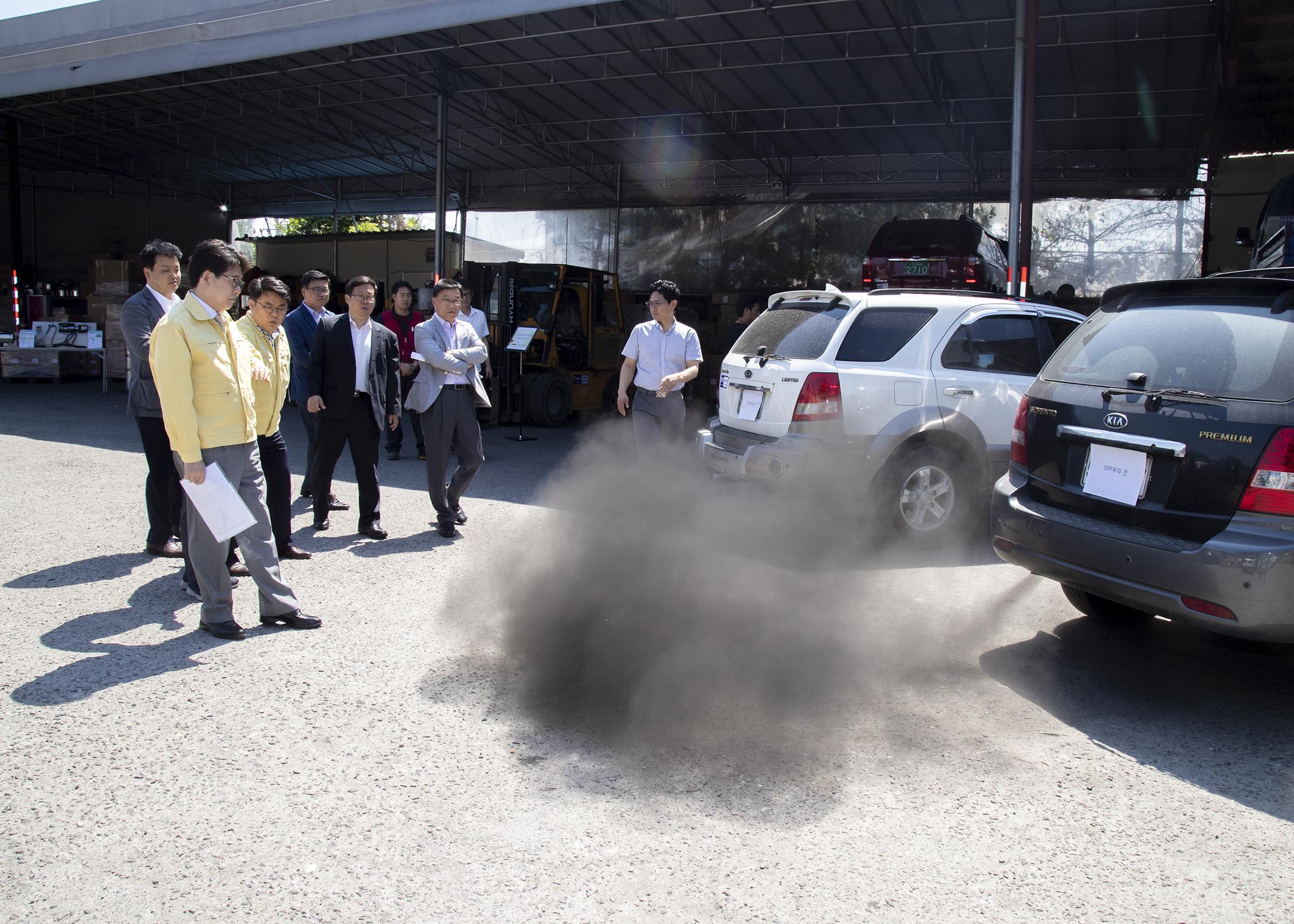 노후 경유차가 내뿜는 대기오염물질 <사진=연합>