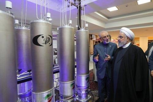 우라늄 농축용 원심분리기를 점검하는 하산 로하니 이란 대통령<사진=연합뉴스>