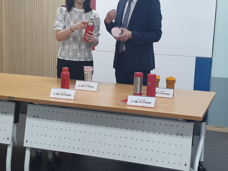 한국소비자원의 검사 결과 시중에 판매되는 텀블러 4개 제품의 표면 페인트에서 납 성분이 검출됐다.<사진=tbs>