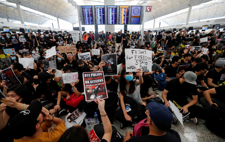 13일 홍콩국제공항을 점거한 송환법 반대 시위대 <사진=연합>