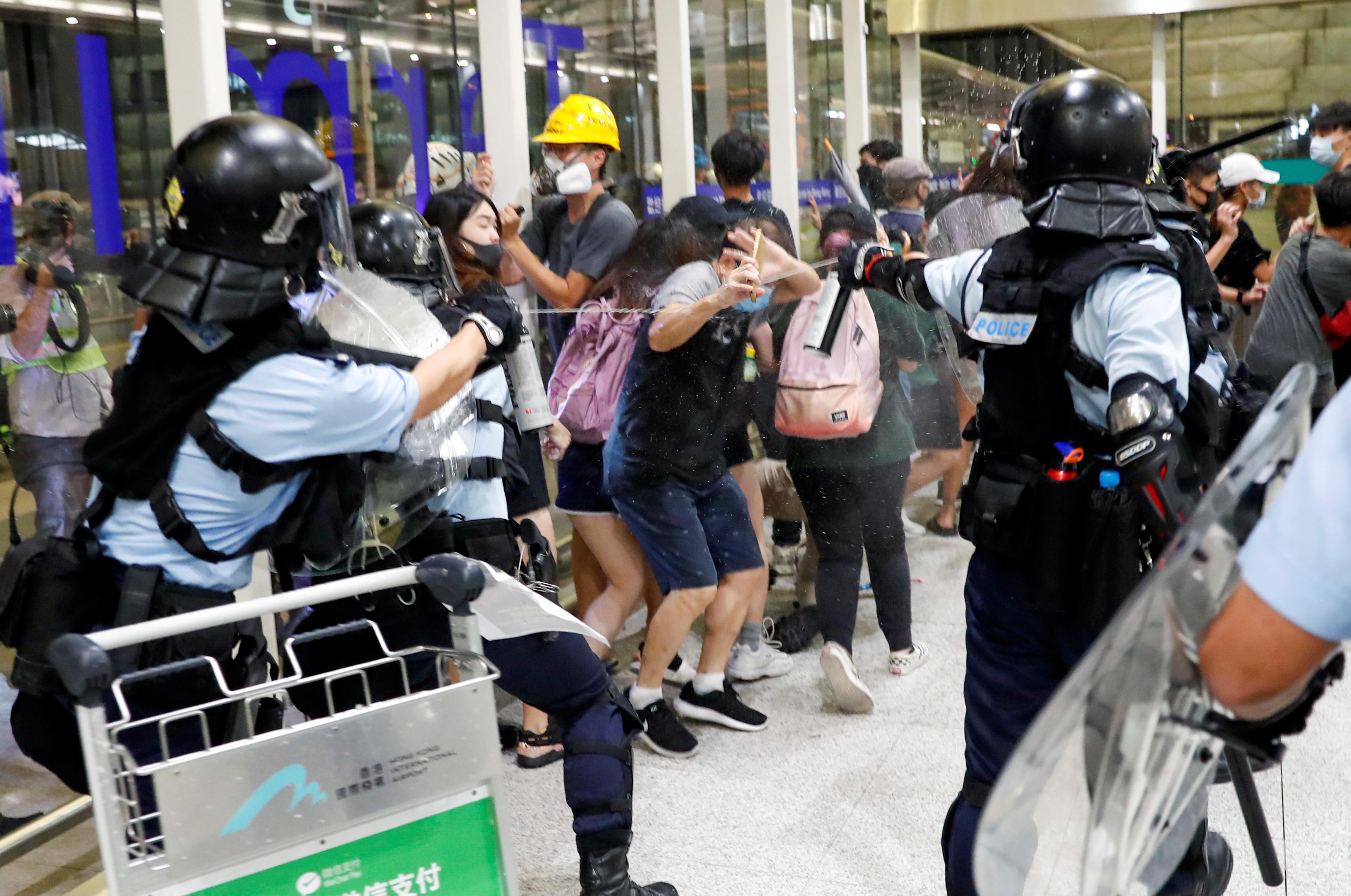 시위대 향해 후추 스프레이 뿌리는 홍콩 경찰 <사진=연합>