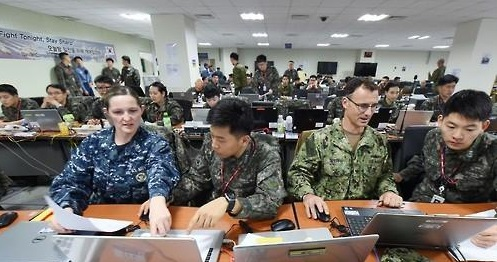 South Korean and U.S. soldiers engage in a computer simulated exercise called Key Resolve in Busan, South Korea, on March 10, 2016, in this photo provided by the Navy Fleet Command.<Photo: Yonhap News>