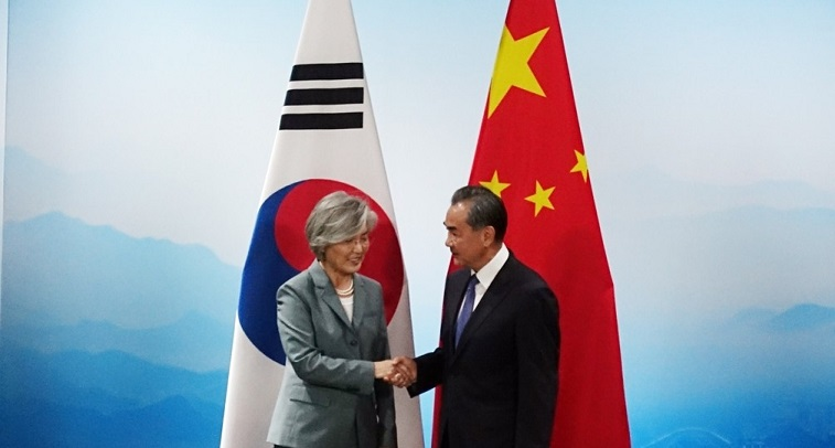 South Korean Foreign Minister Kang Kyung-wha (L) and her Chinese counterpart Wang Yi shake hands during their bilateral meeting held in Beijing on Aug. 20, 2019.<Photo: Yonhap News>