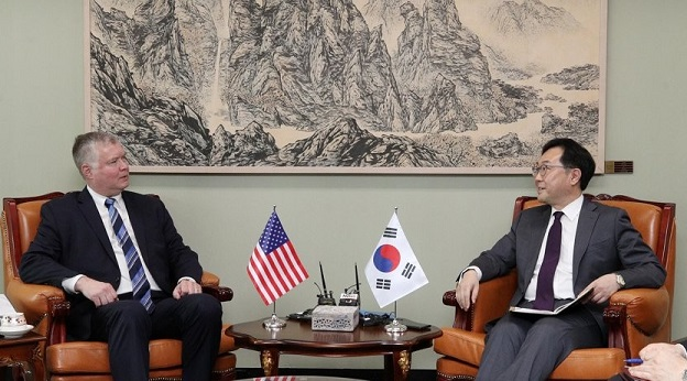 This photo, taken June 28, 2019, shows South Korean top nuclear negotiator, Lee Do-hoon, talking with his U.S. counterpart, Stephen Biegun, at the foreign ministry in Seoul. <Photo: Yonhap News>