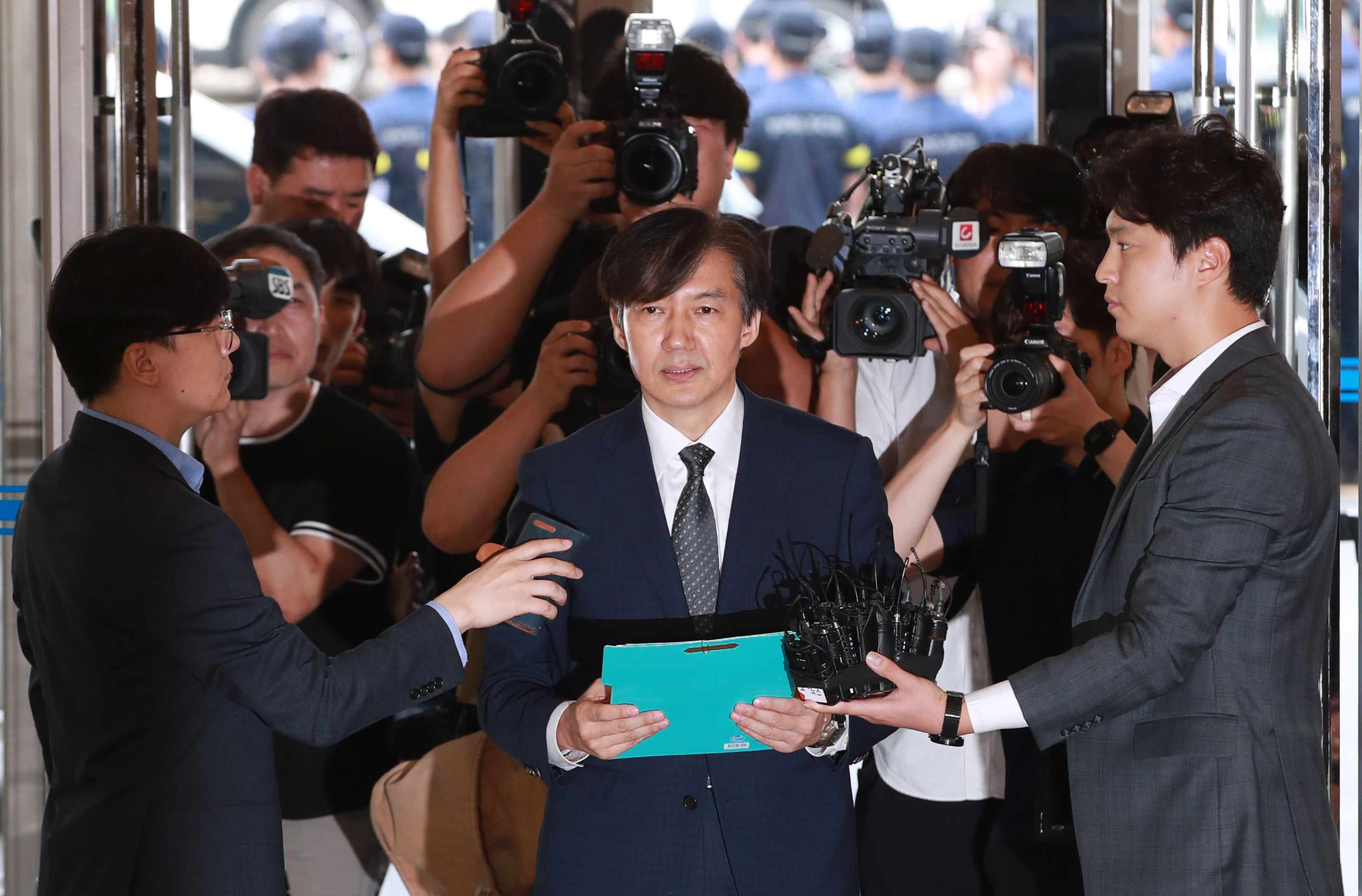 Justice Minister nominee Cho Kuk (C) <Photo: Yonhap News>
