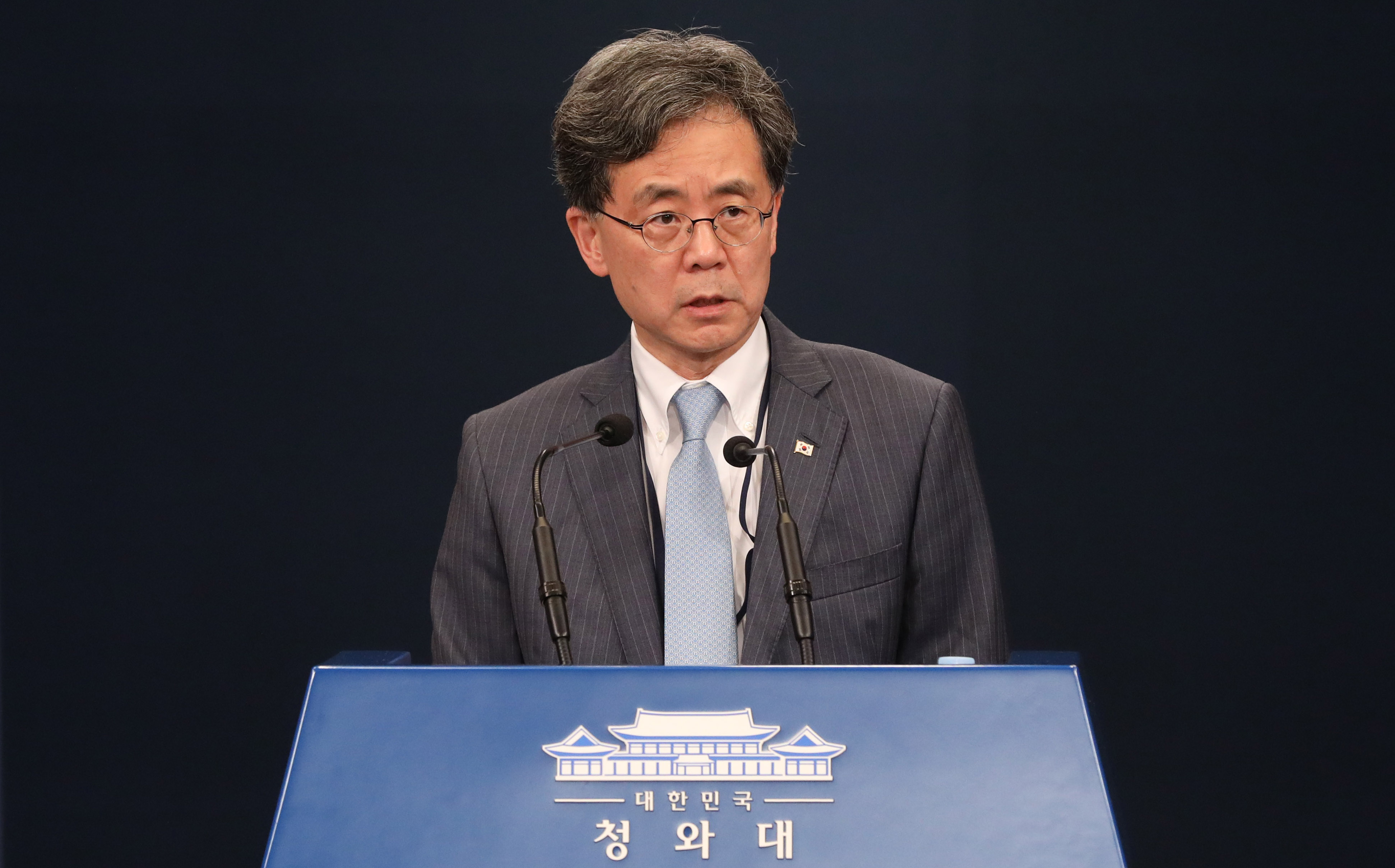 Kim Hyun-chong, deputy director of the National Security Office, speaks to reporters about Seoul's decision to scrap an information sharing agreement with Japan. <Photo: Yonhap News>