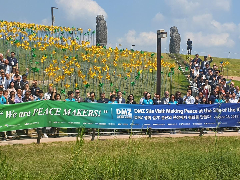 28일 'DMZ 평화 걷기' 행사가 열리고 있다 <사진=tbs>