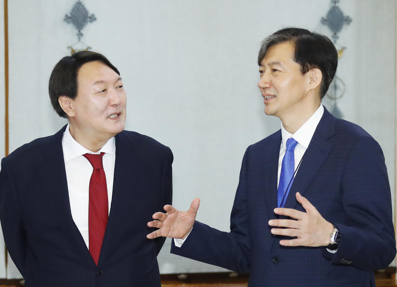 조국 법무부 장관(오른쪽)과 윤석열 검찰총장<사진=연합뉴스>