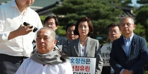 삭발하는 심재철 의원<사진=연합뉴스>