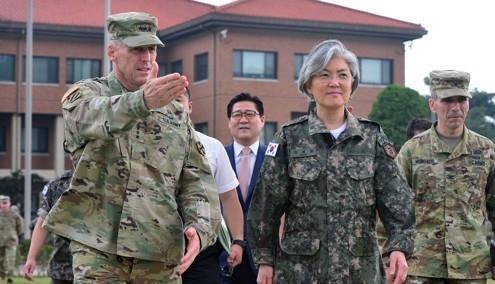 첨단무기 설명듣는 강경화 외교장관 <사진=연합>
