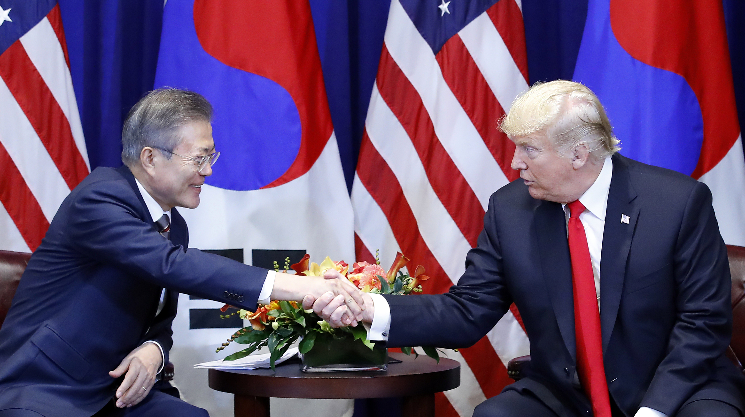 President Moon Jae-in (L) shakes hands with U.S. President Donald Trump during their summit in New York on September 24, 2018. <Photo: Yonhap News>