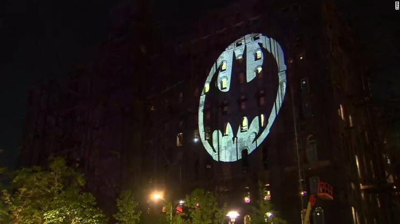 미국 뉴욕 건물에 비친 배트맨 조명<CNN 캡처>