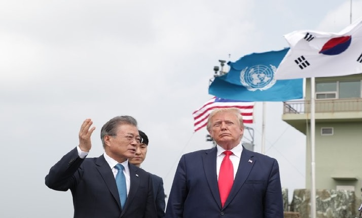 South Korean President Moon Jae-in (L) talks with U.S. President Donald Trump during their trip to the Demilitarized Zone on June 30, 2019, in this file photo. <Photo: Yonhap News>