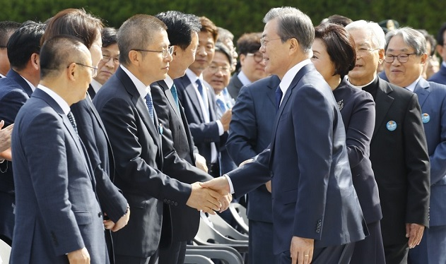 President Moon Jae-in (R) shakes hands with Hwang Kyo-ahn, head of the main opposition Liberty Korea Party, before the start of a ceremony to mark the 40th anniversary of the Busan-Masan Democratic Protests at Kyungnam University in Changwon, South Gyeongsang Province, on Oct. 16, 2019. <Photo: Yonhap News>