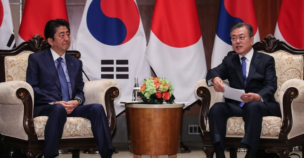 President Moon Jae-in (R) and Japanese Prime Minister Shinzo Abe meet on the sidelines of the United Nations General Assembly in September 2018. <Photo: Yonhap News>