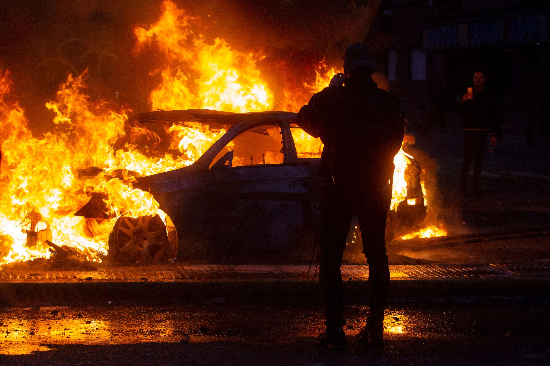 자동차 불타는 칠레 시위 현장 <사진=연합>