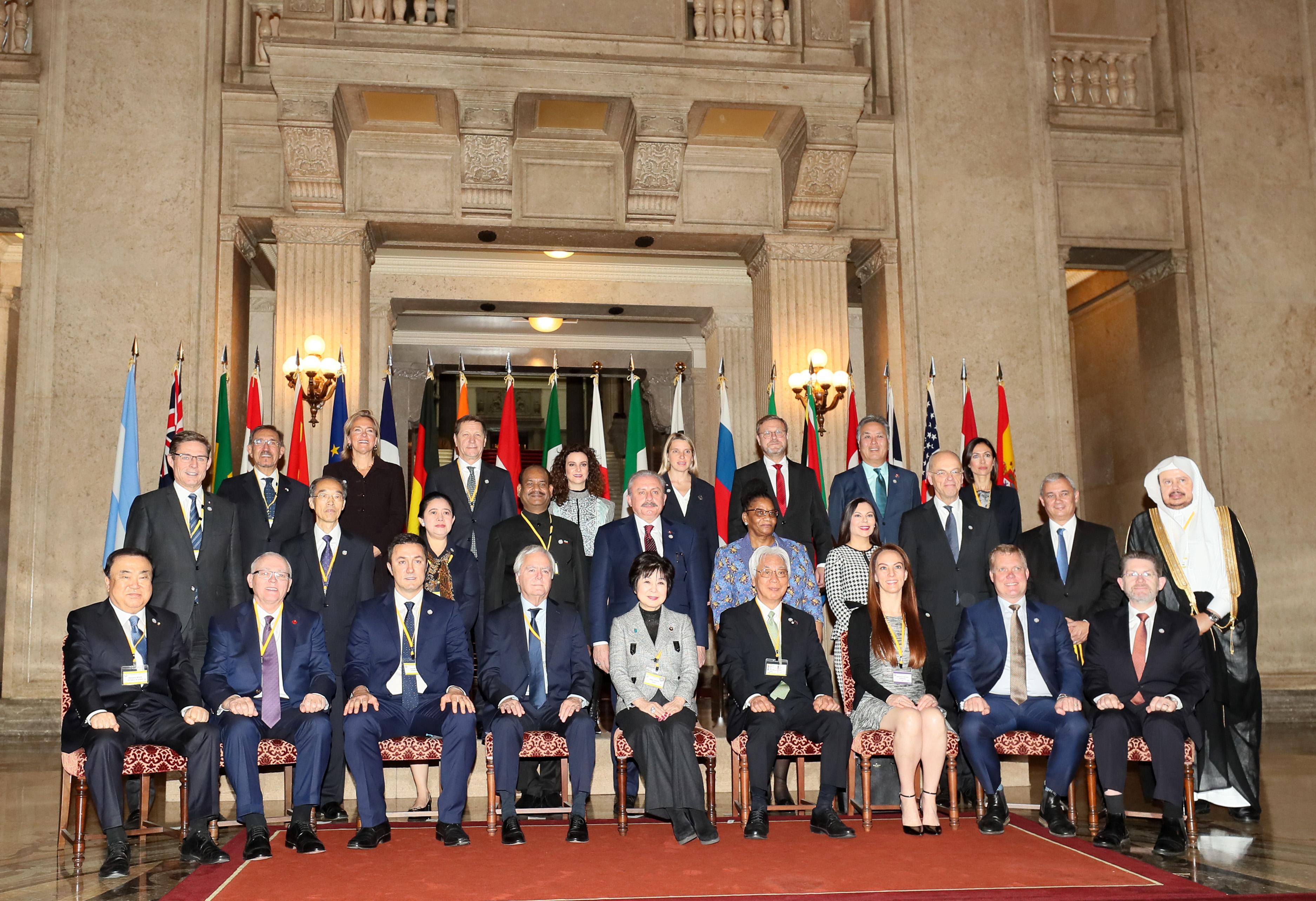 의회정상회의 기념촬영 하는 G20 국회의장들<사진=연합>