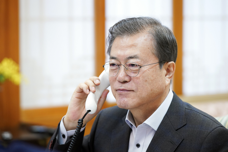 President Moon Jae-in on the phone with the U.S. President Donald Trump