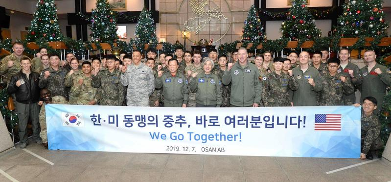 Foreign Minister Kang Kyung-wha poses for a picture with Osan Air Base personnel.