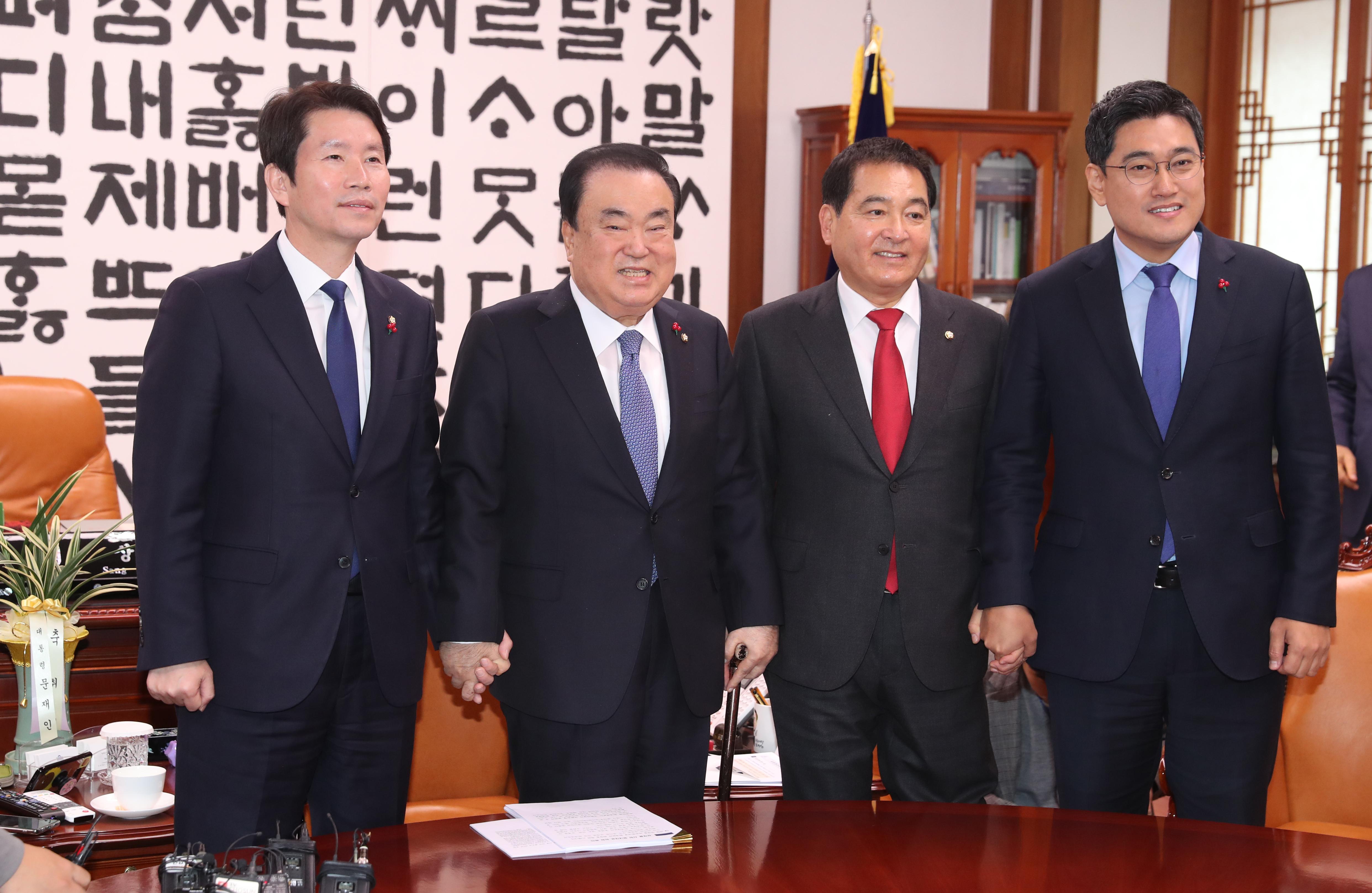 문희상 국회의장(왼쪽 두 번째)과 여야 3당 원내대표