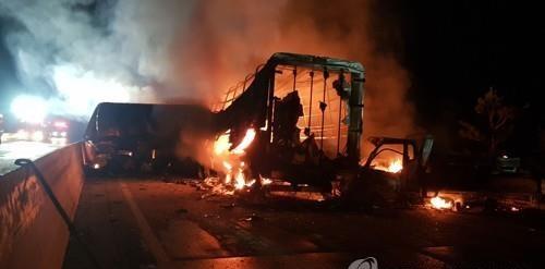 다중추돌 사고로 불타는 사고 차량