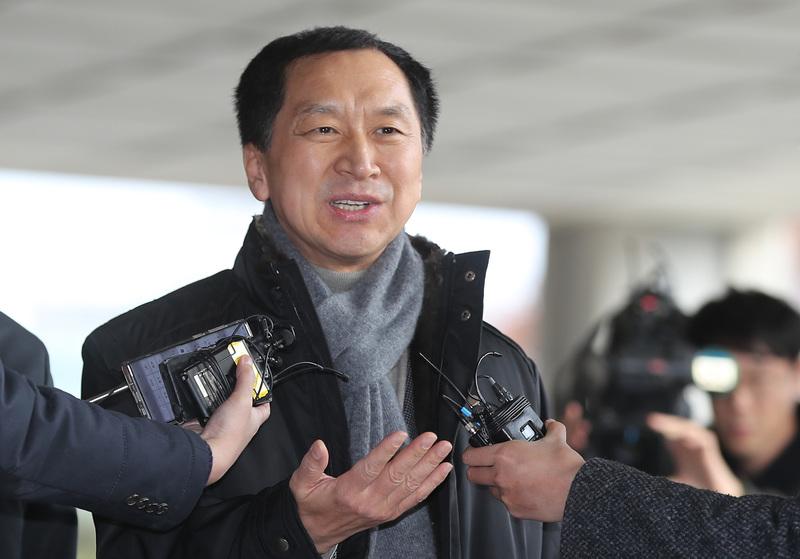 Former Ulsan Mayor Kim Gi-hyeon speaks to reporters.