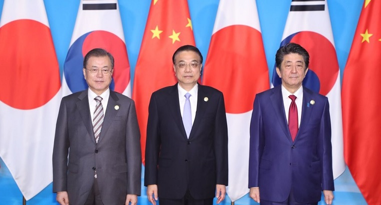 President Moon Jae-in (L), Chinese Premier Li Keqiang and Japanese Prime Minister Shinzo Abe