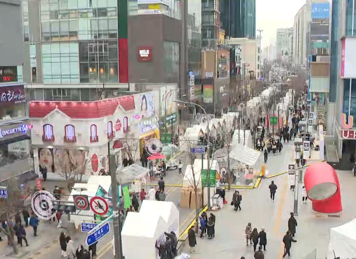 금~일요일 '차 없는 거리'로 운영되고 있는 서울 서대문구 연세로 <사진=tbs>