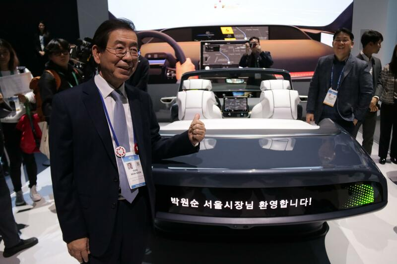 Seoul Mayor Park Won-soon visits the Samsung Electronics booth at CES