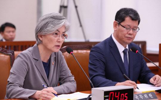 강경화 외교장관(좌)과 김연철 통일장관