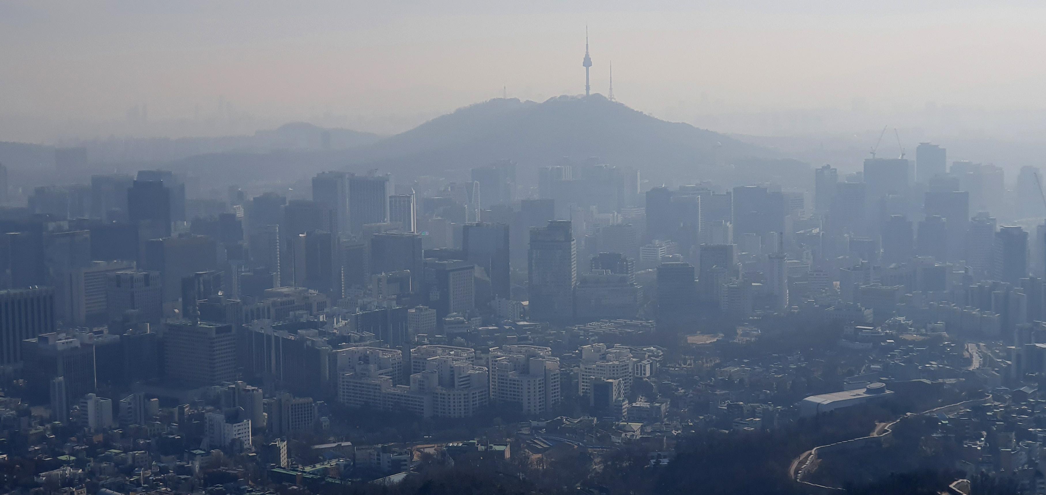 서울 도심 인왕산에서 바라본 서울 시내