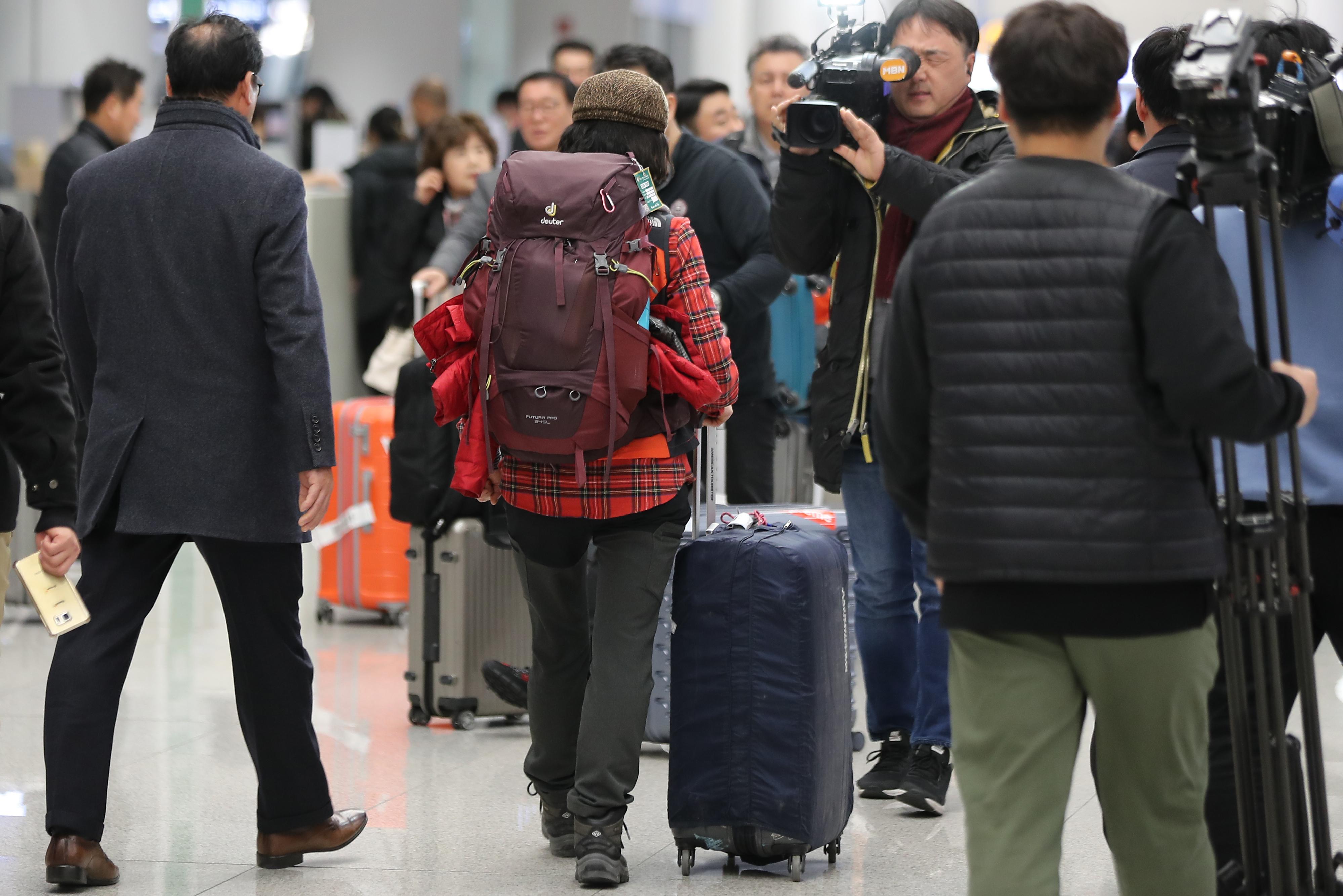 공항 나서는 충남교육청 해외봉사단 관계자