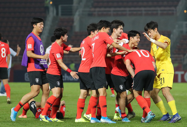 South Korean players celebrating 2-1 victory against Jordan at Thammasat Stadium in Rangsit, Thailand
