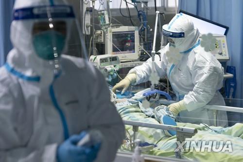 중국 우한의 한 병원에서 환자를 돌보는 의료진