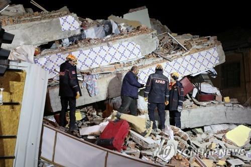 24일 강진이 발생한 터키 동부 엘라지의 무너진 건물에서 구조대원들이 매몰자를 찾고 있다
