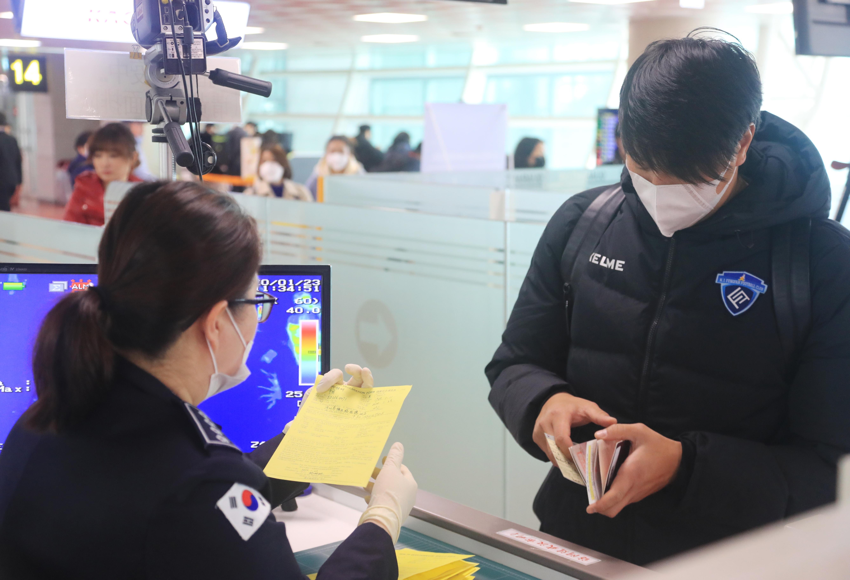 국제선 입국장에서 질병관리본부 국립제주검역소 직원<사진=연합뉴스>