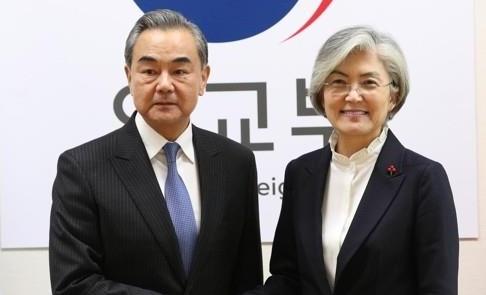 Foreign Minister Kang Kyung-wha (R) and Chinese counterpart Wang Yi
